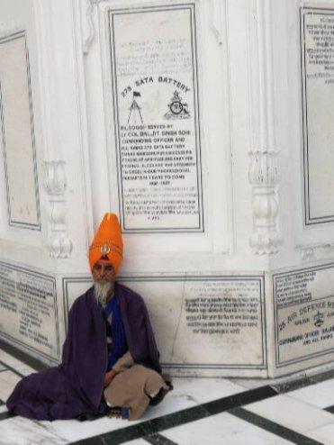 Un pellegrino al Tempio d'oro di Amritsar.